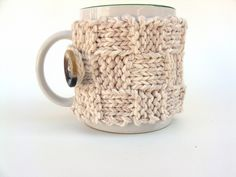 Twisted Fibers Mug Cosy - will have to try and work out the pattern. http://twistedfibersdesigns.blogspot.ca/2011/04/free-mug-cozy-pattern.html