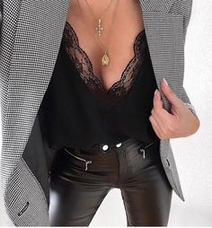 Leather trousers and blazer combo are what dreams are made of Outfit Jeans, Leather Trousers Outfit, Blazer Outfits, Leather Blazer, Trousers Fashion, Leather Skirts, Evening Outfits, Night Outfits, Classy Outfits
