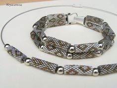 collier et bracelet tubes peyote: Peyote Beading Patterns, Beaded Bracelet Patterns, Beaded Necklace, Cool Mens Bracelets, Beaded Bracelets Tutorial, Bijoux Diy, Peyote Stitch, Bead Crochet, Seed Beads