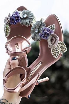 Flowers Sandals Design #flowersandals What homecoming shoes are trendy? Heels or sandals? Simple or  sophisticated? And colors vary: maroon, black, silver, gold, red,  whites, etc. #homecomingshoes #homecomingheels Fab Shoes, Pretty Shoes, Crazy Shoes, Beautiful Shoes, Cute Shoes, Me Too Shoes, Shoes Heels, Beautiful Beach, Bridal Shoes