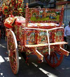 Il carretto Siciliano Il carretto siciliano è uno dei mezzi di trasporti più caratteristici e folkloristici della Sicilia. Nacque per il trasporto delle merci e delle persone. Nelle ruote nelle sp…