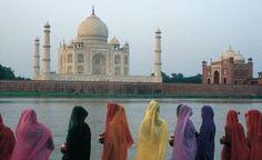 Mujeres cubiertas con saris ante el Taj Mahal, en Agra (India