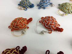 색색의 아기거북이들~복많이 받으세요 : 네이버 블로그 Micro Macrame, Paracord, Handcrafted Jewelry, Turtle, Weaving, Arts And Crafts, Bracelets, Earrings, Accessories