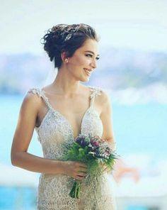 Turkish star actress is a sight in ❤ From her wedding to actor Bridal Makeup, Bridal Hair, Small Wedding Bouquets, Hijab Makeup, Brown Hair Shades, Berta, Star Actress, Pnina Tornai, Frocks For Girls