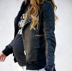 Love a tee and leather jacket for easy chic #pregnancystyle #stylishpregnancy