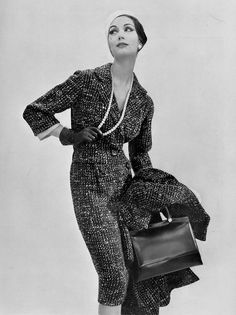 Simone d'Aillencourt in wool suit and matching overcoat by Nina Ricci, photo by Guy Arsac, 1957 Arte Fashion, 50 Fashion, Fashion History, Retro Fashion, Vintage Fashion, Vintage Models, Vintage Glamour, Feminine Mode, Pop Art
