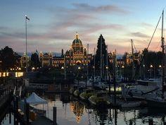 #victoriabc auf #vancouverisland ist beim Eindunkeln am schönsten!   Das Parlamentsgebäude ist total hübsch beleuchtet. Sieht doch toll aus?! #cute @vancitybuzz