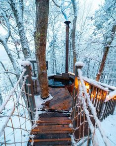 Cabin Hot Tub, Decoration Gris, Outdoor Tub, Design Jardin, Winter Cabin, Cozy Winter, Winter Snow, Cabins In The Woods, The Great Outdoors