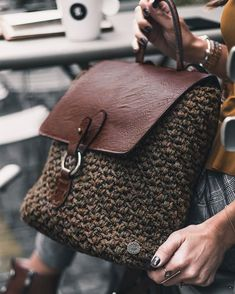 Crocheting Ideas Show your back only when you put on your back pack My Bags, Purses And Bags, Crochet Backpack Pattern, Tote Pattern, Stylish Backpacks, Macrame Bag, Crochet Handbags, Crochet Bags, Fabric Bags