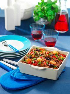 Stifado, een Griekse stoofschotel met rund, tomaten en uitjes.