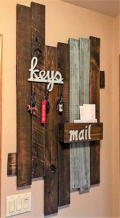 DIY wooden pallet keys and mail holder decor ideas - Ellise M. DIY wooden pallet keys and mail holder decor ideas – Unique Home Decor, Home Decor Items, Diy Home Decor, Pallet Home Decor, Rustic Living Room Furniture, Diy Furniture, Antique Furniture, Furniture Online, Diy Living Room Decor