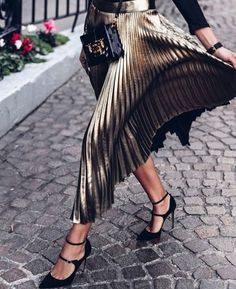 Fashion outfits 138837600993635211 - Metallic pleated midi skirt + black velvet pumps /sommerswim/ Source by millennielle Fashion Mode, Look Fashion, Autumn Fashion, Womens Fashion, Fashion Trends, Retro Fashion, Fashion Stores, Fashion Photo, Mode Outfits