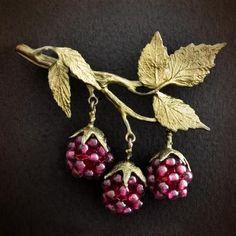 Fall Jewelry, Jewelry Art, Beaded Jewelry, Vintage Jewelry, Jewelry Necklaces, Jewelry Design, Jewellery, Beaded Brooch, Brooches Handmade