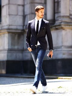 Perfect friday wear, sneakers, raw denim jeans, a razor shape jacket and a knitted tie !