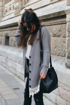 spring outfit with grey cargigan, ripped jeans and sneakers