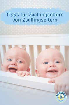 Gleichzeitig füttern, wickeln, knuddeln – als Mutter von Zwillingen braucht man 8 Arme. #penaten #zwillinge #zwillingsgeburt #zwillingseltern #zwillingsbabys #tipps #zwillingsgeschwister #doppelt #geschwister #doppeltspaß #wissen