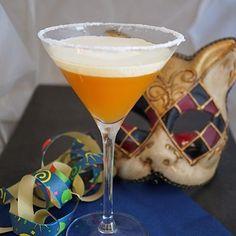 Lei Lei !!! Krapfetini, der Marillencocktail passend zum Fasching!! Das Rezept dazu findet ihr am Blog (Link in Bio) #lebeliebergenießerisch #genuss #marille #cocktails #vodka #apricot #fasching #leilei #krapfen #drink #heresmyfood #enjoy #igfood #foodgasm #foodgasmde Cocktail Shaker, Cocktails Vodka, Drinks, Tableware, Blog, Fritters, Carnivals, Recipes, Dinnerware