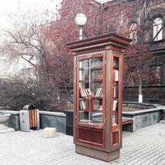 A Krasnoyarsk, in Russia, quando fa troppo freddo per uscire, non rimane che rifornirsi di #libri in una piccola #biblioteca... sotto casa (foto di A. Guzeva)