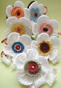 Crochet flowers - options on a common basis ( chart )* ༺✿ƬⱤღ http://www.pinterest.com/teretegui/✿༻