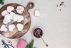 Pokud se trápíte bezlepkovou dietou, nemusíte si odpírat Vánoční cukroví. Existují varianty i bez lepku.  #recept #vanoce #cukrovi #bezlepku #linecke #recipe #bake #christmass #cookie #glutenfree Spoon Rest, Plates, Vegan, Tableware, Cooking, Licence Plates, Kitchen, Dishes, Dinnerware
