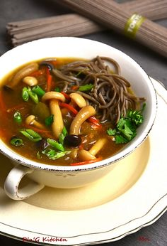 Zupa miso z shimeji i soba - PrzyslijPrzepis. Asian Recipes, Ethnic Recipes, Japchae, Food And Drink, Meals, Baking, Kitchen, Drinks, Outfits