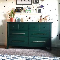 Style Upgrade: So elegant kann die Ikea Hemnes Kommode sein - New ideas Hemnes, Diy Dresser Makeover, Furniture Makeover, Diy Furniture, Ikea Living Room, Ikea Bedroom, Living Rooms, Bedroom Ideas, Green Painted Furniture