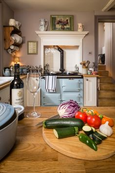 Traditional country kitchens are a design option that is often referred to as being timeless. Over the years, many people have found a traditional country kitchen design is just what they desire so they feel more at home in their kitchen. Aga Kitchen, Kitchen Countertops, Kitchen Dining, Kitchen Decor, Cream Kitchen Cupboards, Design Kitchen, Cosy Kitchen, Kitchen Ideas, Interior Exterior