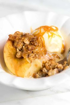 Really nice recipes. Easy Baked Cinnamon Apples Really nice recipes. Apple Recipes Easy, Apple Dessert Recipes, Just Desserts, Fall Recipes, Baking Recipes, Delicious Desserts, Yummy Food, Healthy Food, Mini Desserts
