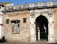 La Casa de Pilatos es un palacio que combina los estilos renacentista italiano y el mudéjar español. La construcción del palacio se inició en 1483, por iniciativa y deseo de Pedro Enríquez de Quiñones (IV Adelantado Mayor de Andalucía) y su segunda esposa Catalina de Ribera, fundadores de la Casa de Alcalá.
