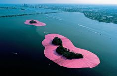 land art Christo and Jeanne-Claude Surrounded Islands, Biscayne Bay, Greater Miami, Florida, Hyde Park, Land Art, Christo Y Jeanne Claude, Christo Artist, Collage Kunst, Art Environnemental, Art Intervention, City Grid, Street Art