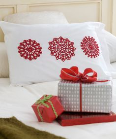 Snowflake Appliqués (Scandinavian), ooh: adore this FREEBIE, just so effective in red, thanks so redheart!! xox