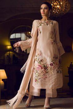 Trajes Pakistani, Pakistani Formal Dresses, Pakistani Fashion Party Wear, Pakistani Wedding Outfits, Indian Fashion Dresses, Pakistani Dress Design, Indian Designer Outfits, Latest Pakistani Fashion, Pakistani Designer Suits