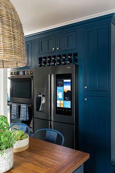 Кроме того, что эта американская кухня невероятно функциональна и удобна, так она еще и может похвастаться стильными дизайнерскими решениями и красивыми сочетаниями текстур — ну не мечта ли?! Для фасадов был выбран глубокий синий цвет, который отлично заиграл на фоне белых стен и светлого пола, да и просто выглядит здорово. А узорчатая рельефная плитка на …