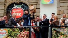 Da ist das Ding. ... Das obligatorische Fässchen Viez für den Protektor des Merziger Viezfestes. Dieses Jahr war es der Chef der Homburger Karlsberg Brauerei, Christian Weber. :-)