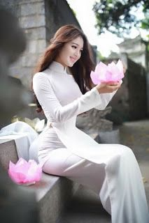 "Entertainment: Vietnamese belle with traditional ""Ao dai"""