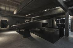 Black Cant System - HEIKE fashion brand concept store (Hangzhou, China) / Hangzhou AN Interior Design. Image via World Festival of Interiors
