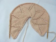 This is not a pattern per se, but a tutorial to make a star crown bonnet. It includes detailed instructions to make the crown with as many points as you want, and as large as you want. Baby Hats Knitting, Knitting For Kids, Knitting Stitches, Knitted Hats, Tricot Baby, Handmade Baby Clothes, Techniques Couture, Yarn Over, Baby Sweaters
