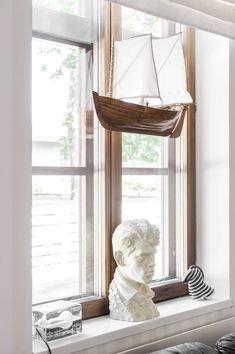 Olohuoneen ikkunalaudalla on Raijan isästä tehty kipsipää, Harri Koskisen suunnittelema Block-valaisin ja Arabian Seepra. Ikkunan edessä roikkuu edesmenneen kaunissaarelaisen Olli Tynin veistämä haapio. Raija ja Pertti tilasivat sen, kun harrastivat purjehtimista.