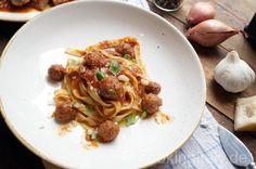 Polpettine e Agnello al Sugo - Pasta in Tomatensugo mit kleinen Fleischbällchen und geschmorten Lammfleisch nach traditioneller Art