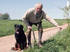 Rottweiler Rex rettet Neugeborenes, das an einem Feldweg im Graben versteckt war. #Hunde