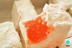 Aprende a preparar delicias turcas con esta rica y fácil receta. Disuelva el azúcar en la mitad del agua requerida ponga a fuego medio. Agregue las ralladuras y los...