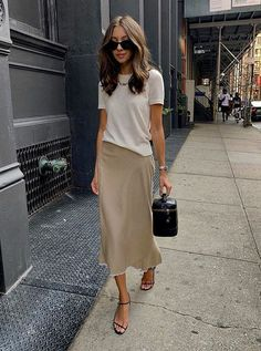 Neutral Spring Street Style - Styling Beige Tones - How to Wear a Slip Skirt Looks Street Style, Spring Street Style, Spring Summer Fashion, Spring Outfits, Summer Outfit, Winter Fashion, Mode Outfits, Chic Outfits, Trendy Outfits