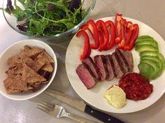 Hovězí steak, low carb nachos, směs salátů s olivovým olejem, paprika, avokádo, majonéza a rajčatová salsa