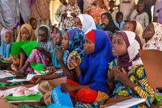 Las niñas utilizan SUS Nuevos Útiles Escolares Durante Una Clase En un Centro de Aprendizaje informal En un espacio Seguro Apoyo de UNICEF Para Los Niños en el campamento Dalori párrafo Desplazados internos, en la Ciudad nororiental de Maiduguri, en el Estado de Borno.  Foto: UNICEF / UNI193691 / Andrew Esiebo