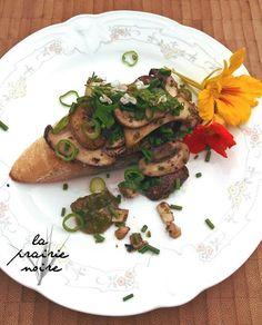 Zwei Vorspeisen vom Wochenende. Zweierlei Tomaten als Salat mit lila Basilikum und ein Pilzcrostini mit Walnuss-Pesto, braunen Champignons und Kräuterseitlingen.