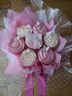 Cupcake Bouquet Discover Cupcake Bouquets Cupcake Bouquets are made up of 7 14 or 19 cupcakes with a rose buttercream swirl on top hand tied with cellophane tissue paper and co-ordinating ribbon. Bouquets can be made in a variety of. Fondant Cupcakes, Fun Cupcakes, Wedding Cupcakes, Wedding Cake, Cupcakes Design, Cake Designs, Cupcake Flower Bouquets, Flower Cupcakes, Diy Flowers