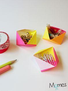 Les formes géométriques ont la côte en décoration ! Et la géométrie étant totalement compatible avec l'origami, voici de jolies petites boites 3D ou boîtes géométriques en papier aussi facile à réaliser que rapide à remplir ! Nous avons utilisé des post-it, pour une version coin de bureau ! Mais vous pouvez très bien utiliser du papier origami ou même n'importe qu'elle papier de votre choix.
