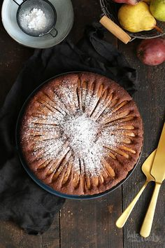 Delicious and easy to prepare cake with loads of chocolate and pears. Pear And Chocolate Cake, Chocolate Desserts, Food Truck Desserts, Mediterranean Desserts, Biscuits, Almond Muffins, Rhubarb Cake, Pear Cake, Bakery Recipes