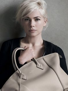 if i was brave enough to go for this hair look.White blonde hair and eyeliner - Michelle Williams , Louis Vuitton Maisie Williams, Michelle Williams Haircut, Michele Williams, Louis Vuitton, Vuitton Bag, Dark Eyebrows, Pelo Pixie, Annie Leibovitz, Actrices Hollywood