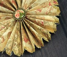 How to make traditional victorian paper ornaments for the christmas tree. These folded paper medallions and fast and easy to make! Victorian Christmas Decorations, Victorian Crafts, Victorian Christmas Ornaments, Paper Christmas Decorations, Paper Christmas Ornaments, Shabby Chic Christmas, Antique Christmas, Diy Christmas Ornaments, Victorian Toys